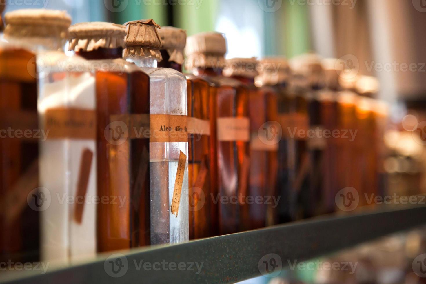 alte Glasflaschen mit Trank und Medikamenten foto