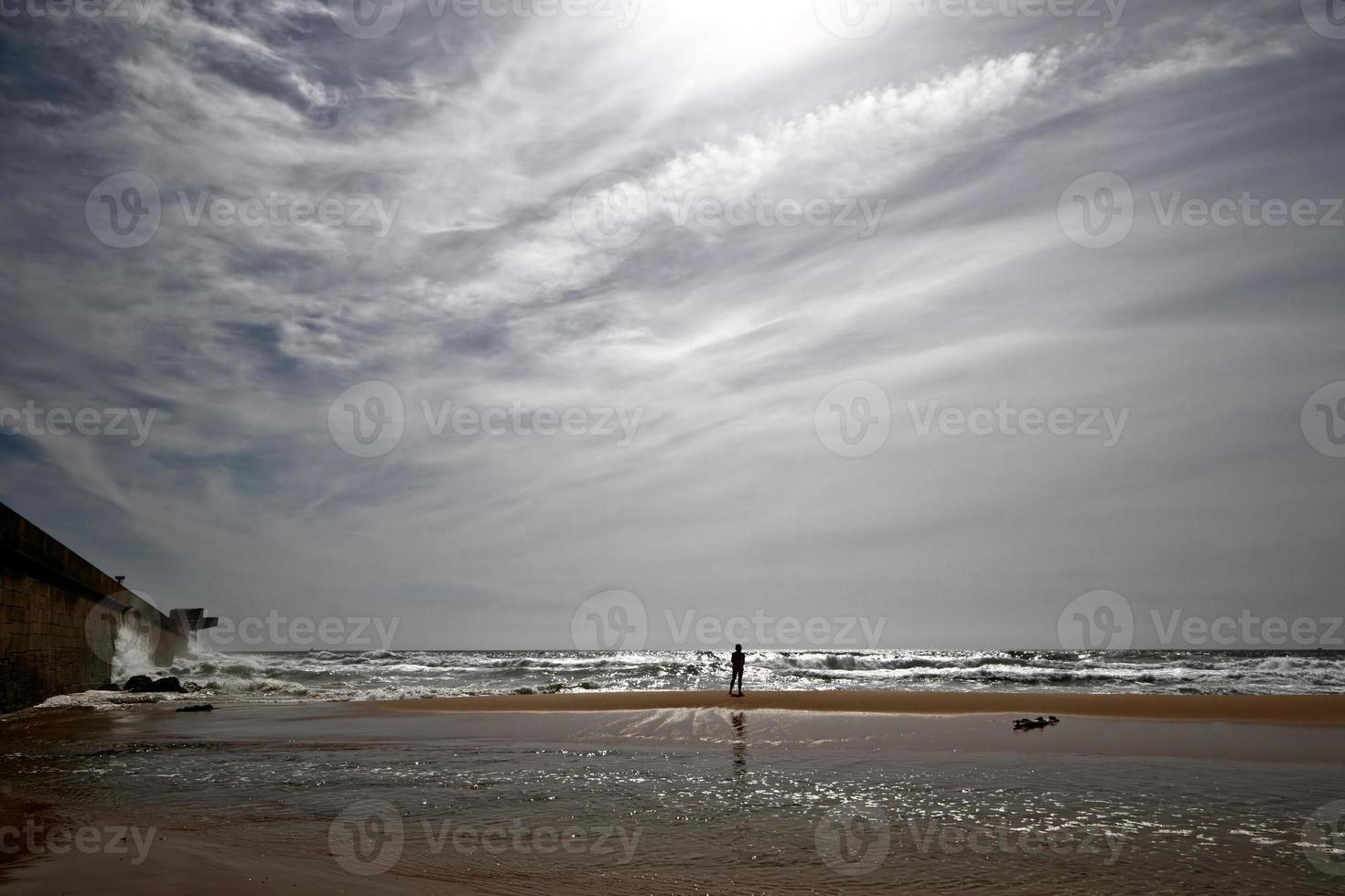 Surfer mit Hintergrundbeleuchtung foto