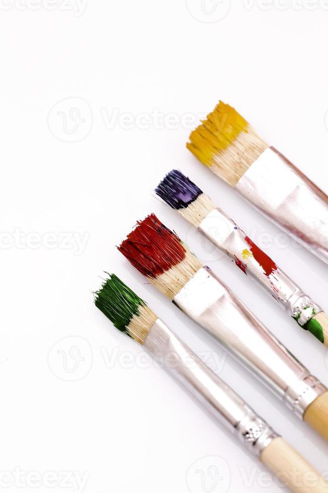 gebrauchte Pinsel in verschiedenen Farben foto
