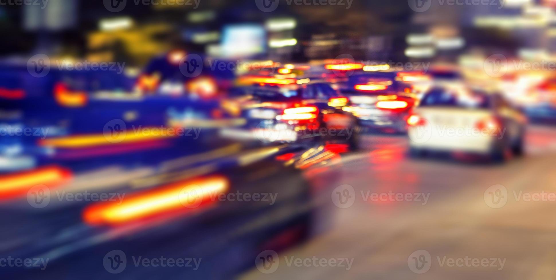 Geschwindigkeitsverkehr auf der Nachtstraße foto