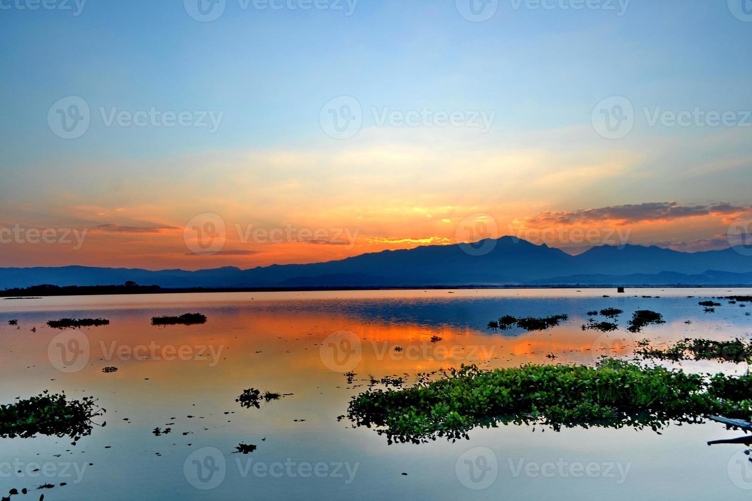 brauner Hintergrund der abstrakten Naturwolke mit Silhouette foto