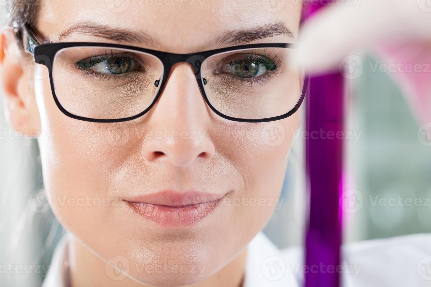 Labortechniker hält Reagenzglas foto