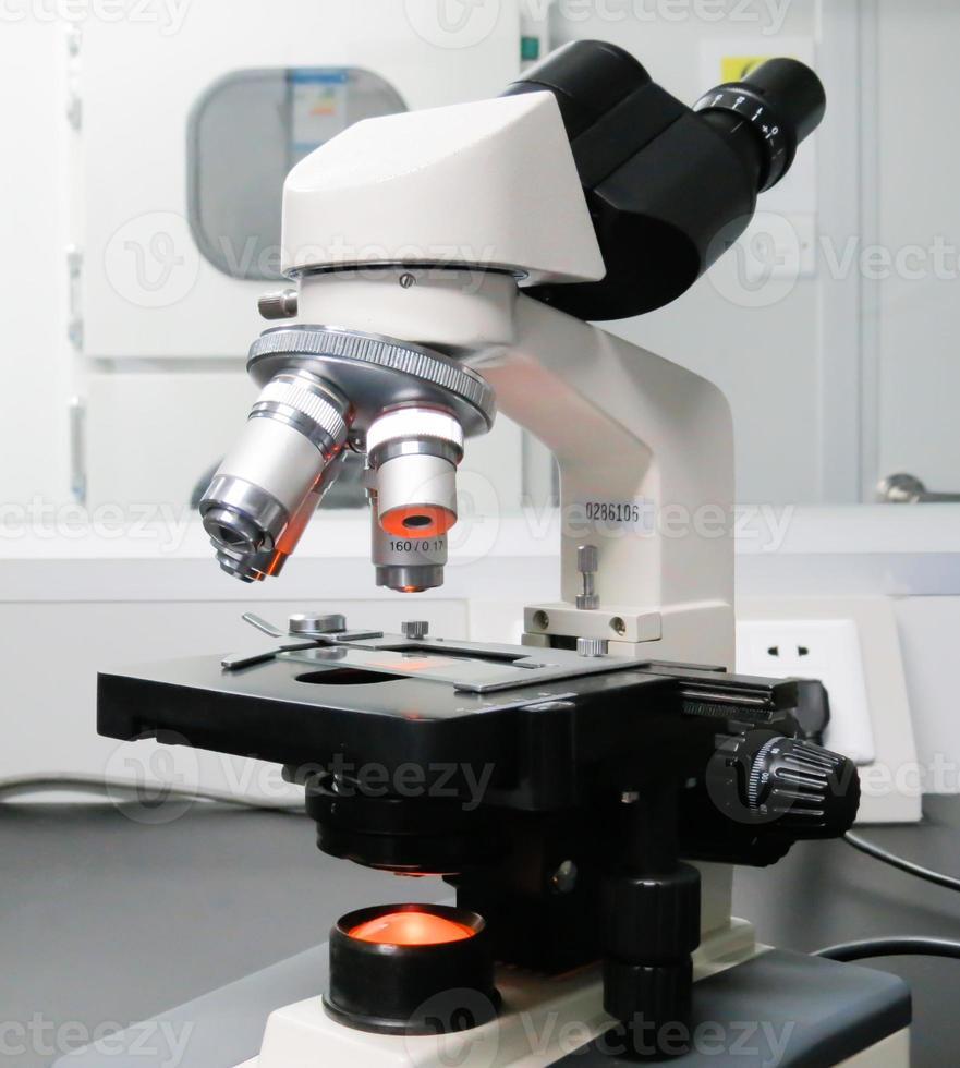 Mikroskop isoliert auf Weiß mit Beschneidungspfad foto