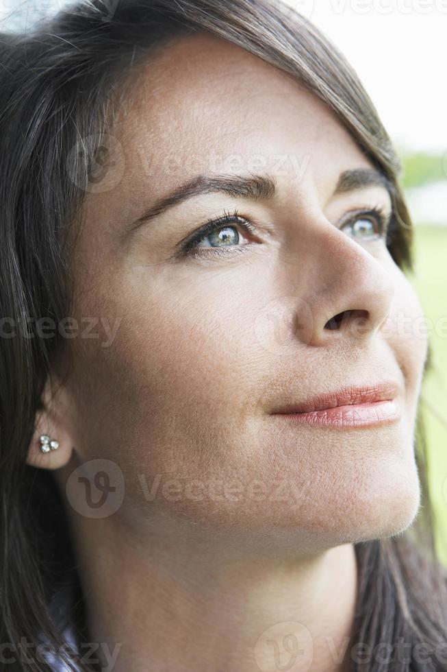 Frau, die draußen lächelt, Nahaufnahme foto