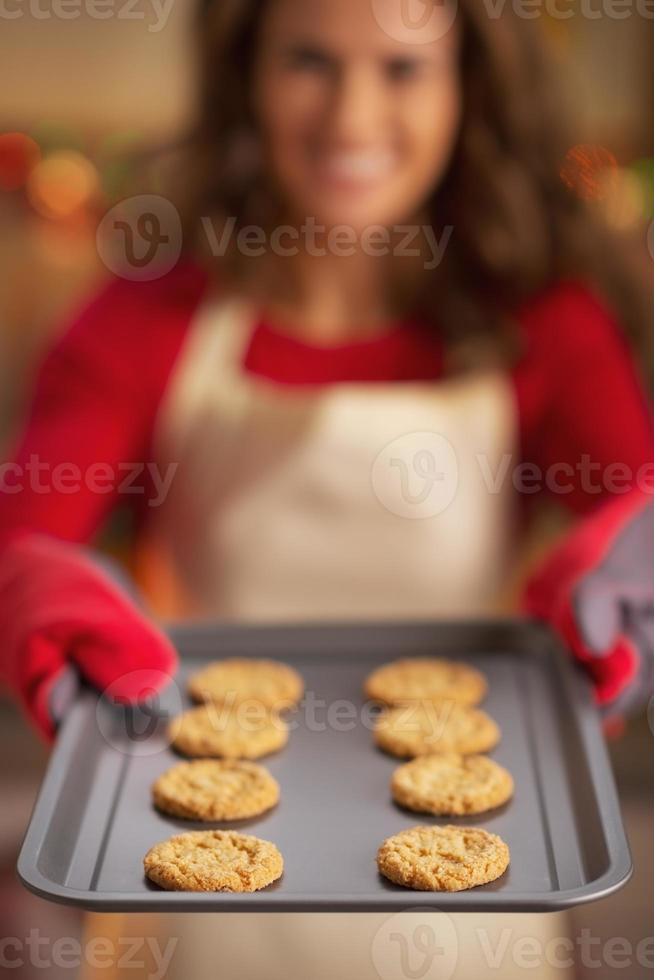 Nahaufnahme auf Pfanne mit Weihnachtsplätzchen in der Hand der Hausfrau foto