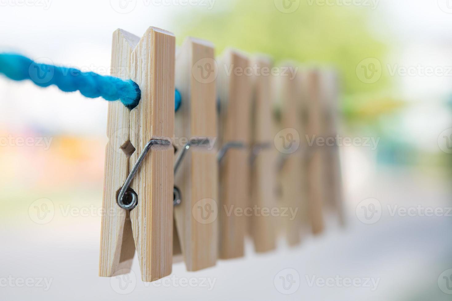 hölzerne Wäscheklammer am Seil hängen foto