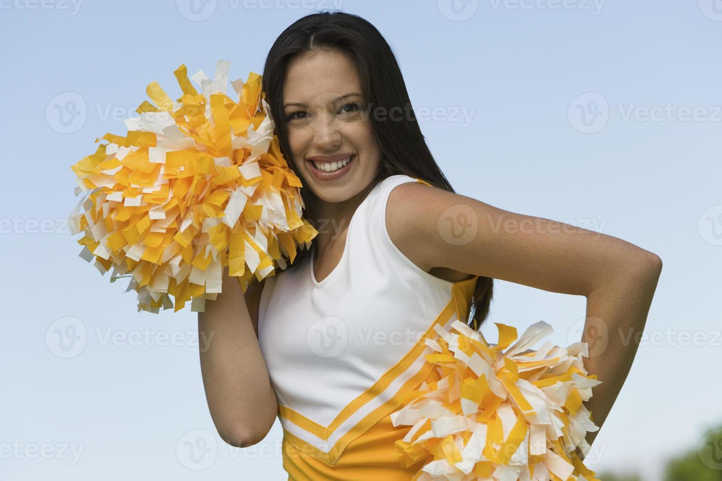Cheerleaderin bereitet sich auf Jubel vor foto