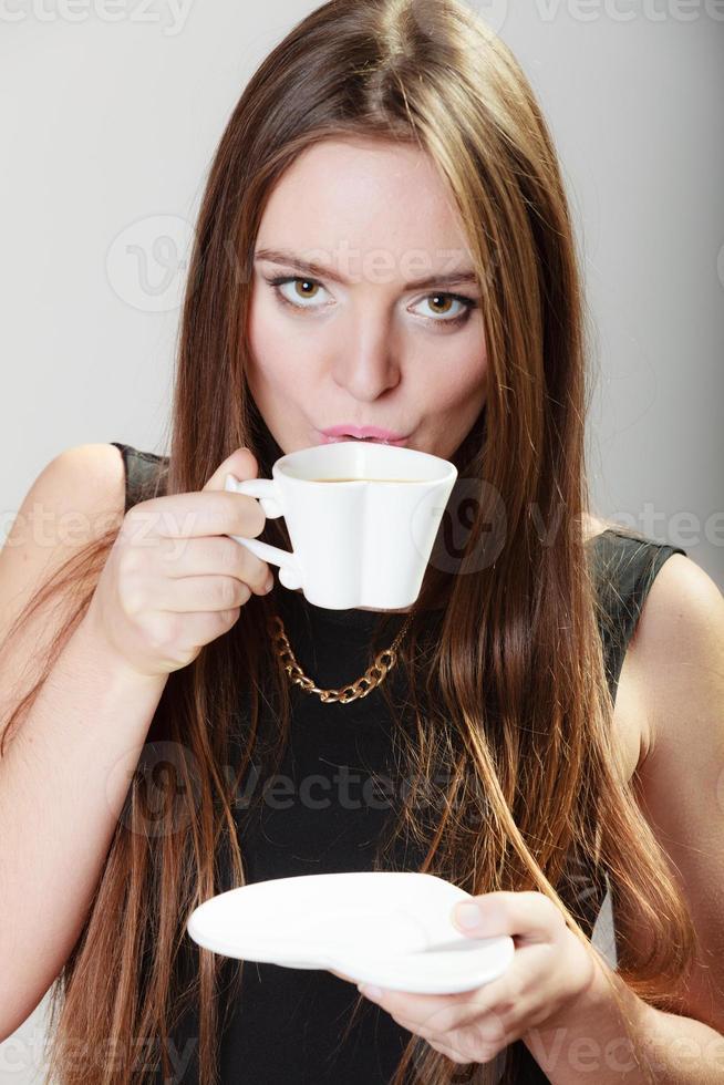 fröhliche Frau, die Kaffee trinkt foto