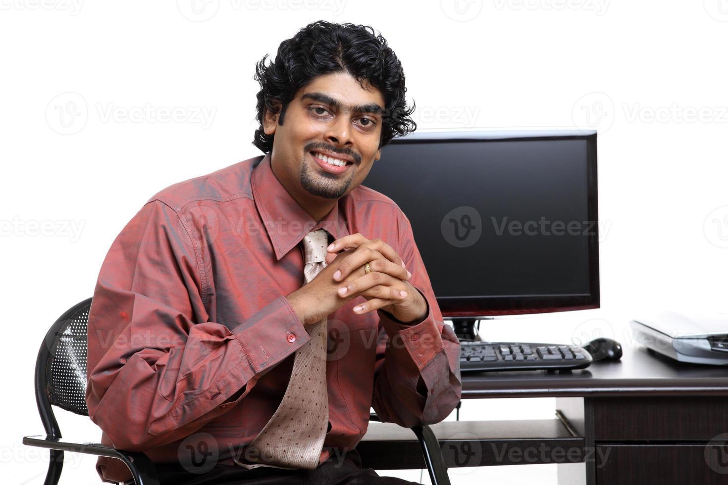 fröhlicher indischer junger Geschäftsmann foto
