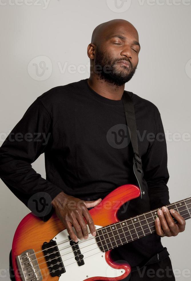 Mann spielt Bass foto