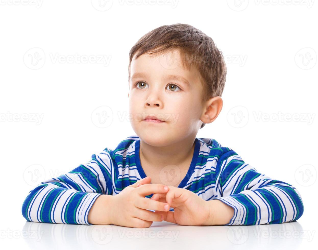 Porträt des netten fröhlichen Jungen foto