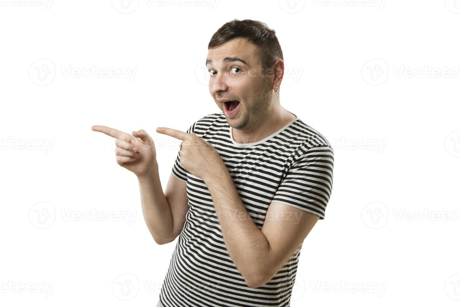 fassungslos fröhlicher Mann zeigt in der Seite foto
