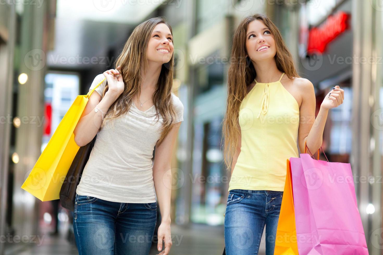 Frauen, die in der Stadt einkaufen foto