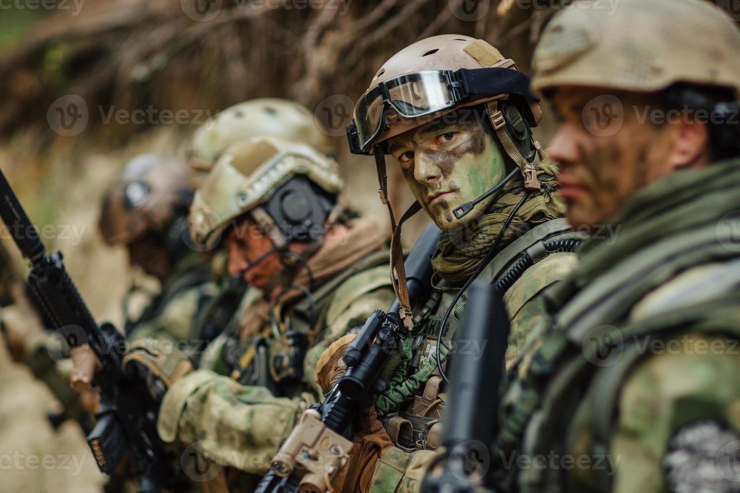 Soldat zielt seine Waffe in Sichtweite foto