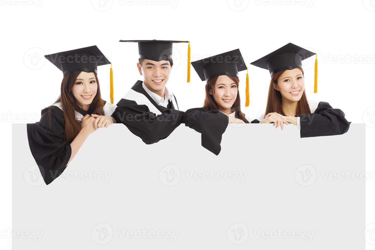 fröhliche junge Doktoranden heben die Hände foto
