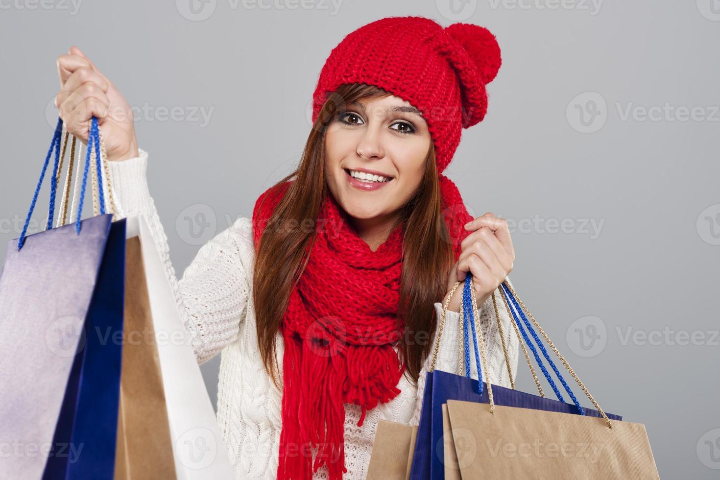 fröhliche shopacholic während des Winterschlussverkaufs foto