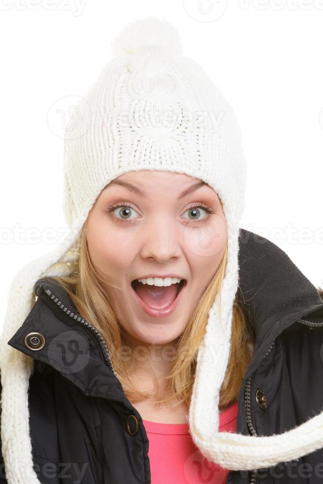 Winterurlaub. fröhliches Mädchen in warmen Kleidern. foto