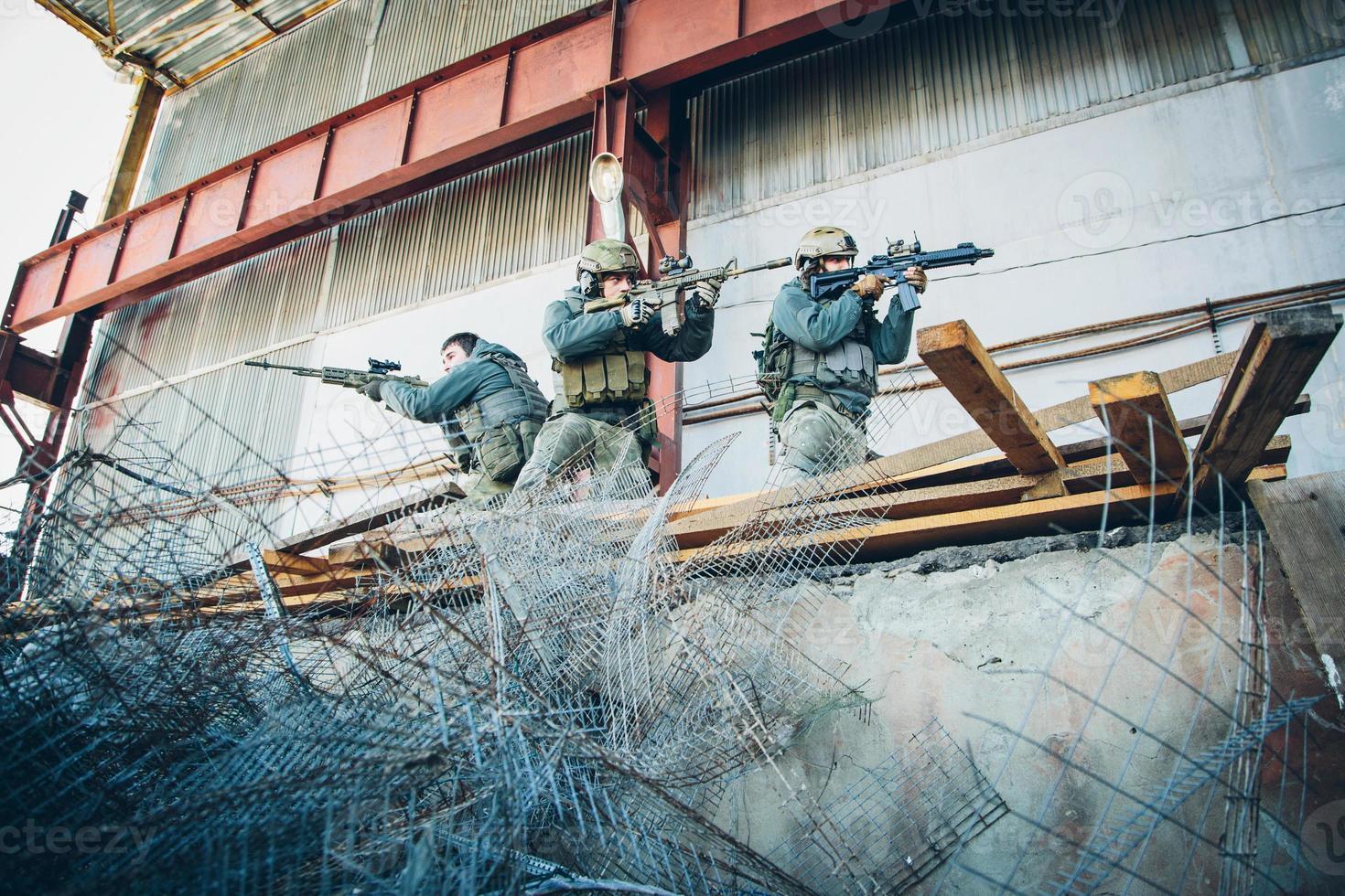 Drei Soldaten befreiten das Gebäude vom Feind foto