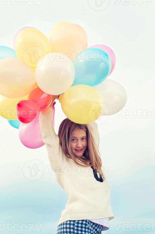 fröhliches junges trendiges Mädchen mit bunten Luftballons foto