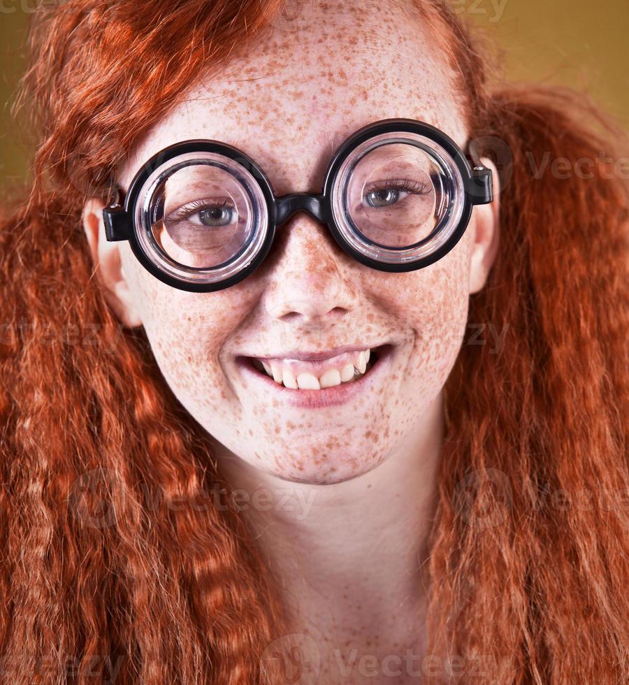 fröhliches sommersprossiges nerdiges Mädchen foto