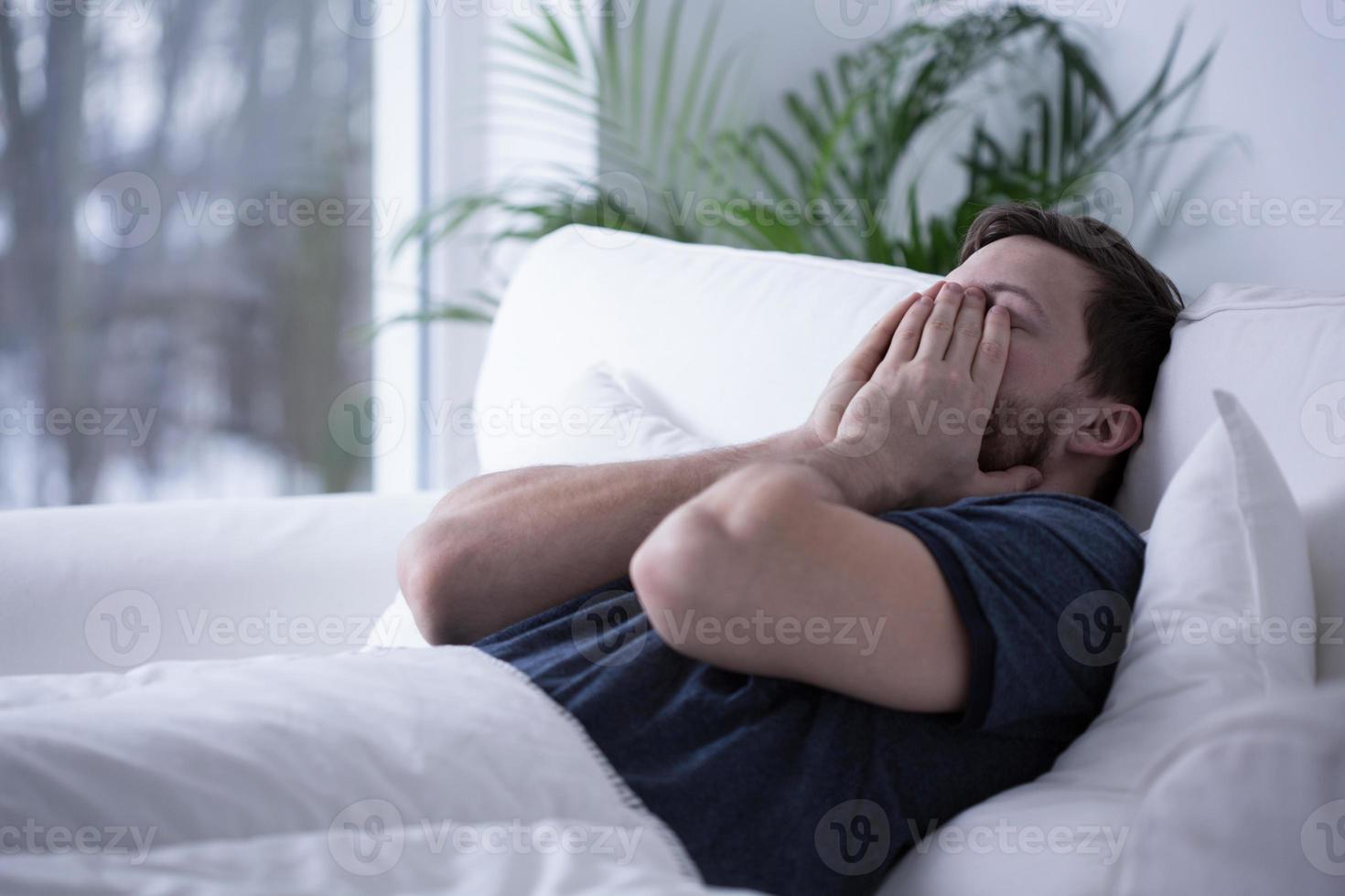 Mann kann nicht einschlafen foto