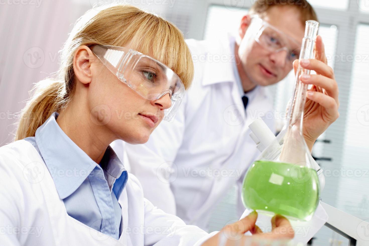 Chemiker bei der Arbeit foto