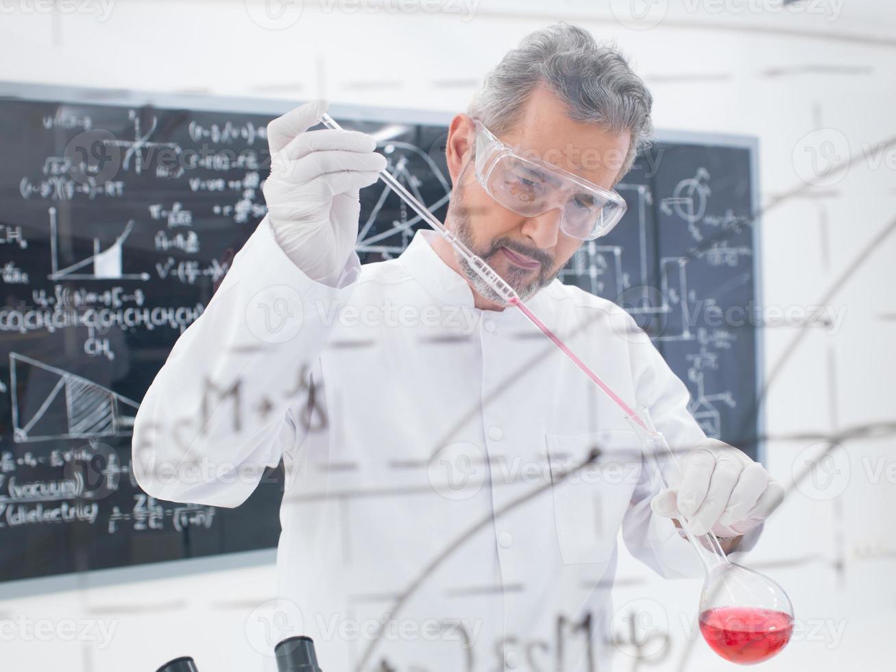 Wissenschaftler, der Experiment durchführt foto