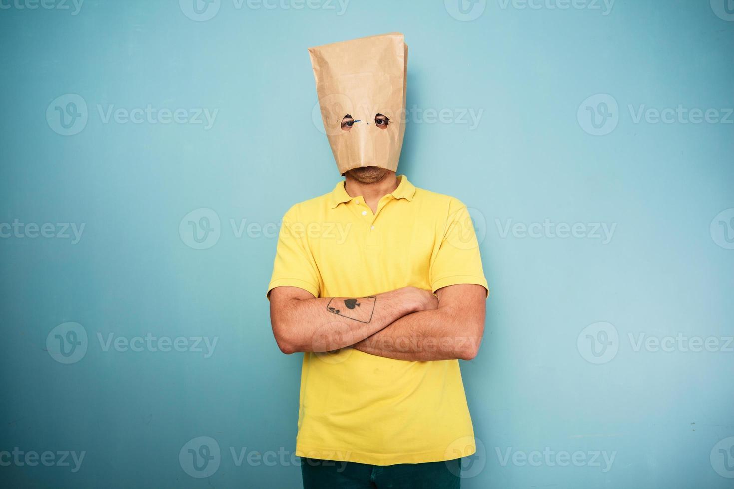 junger Mann mit Tasche über Kopf foto