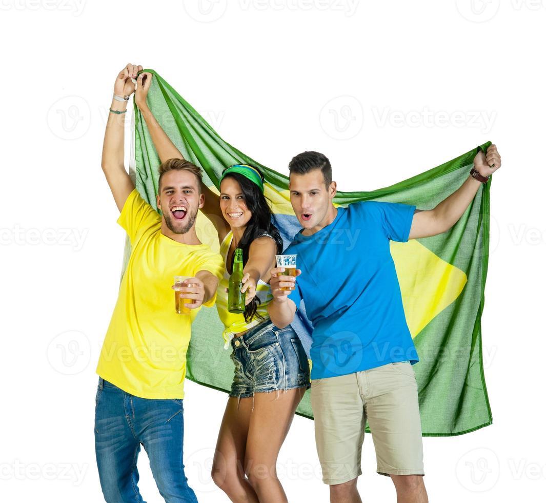 junge Gruppe von Fußballanhängern, die mit Brasilien-Flagge jubeln foto