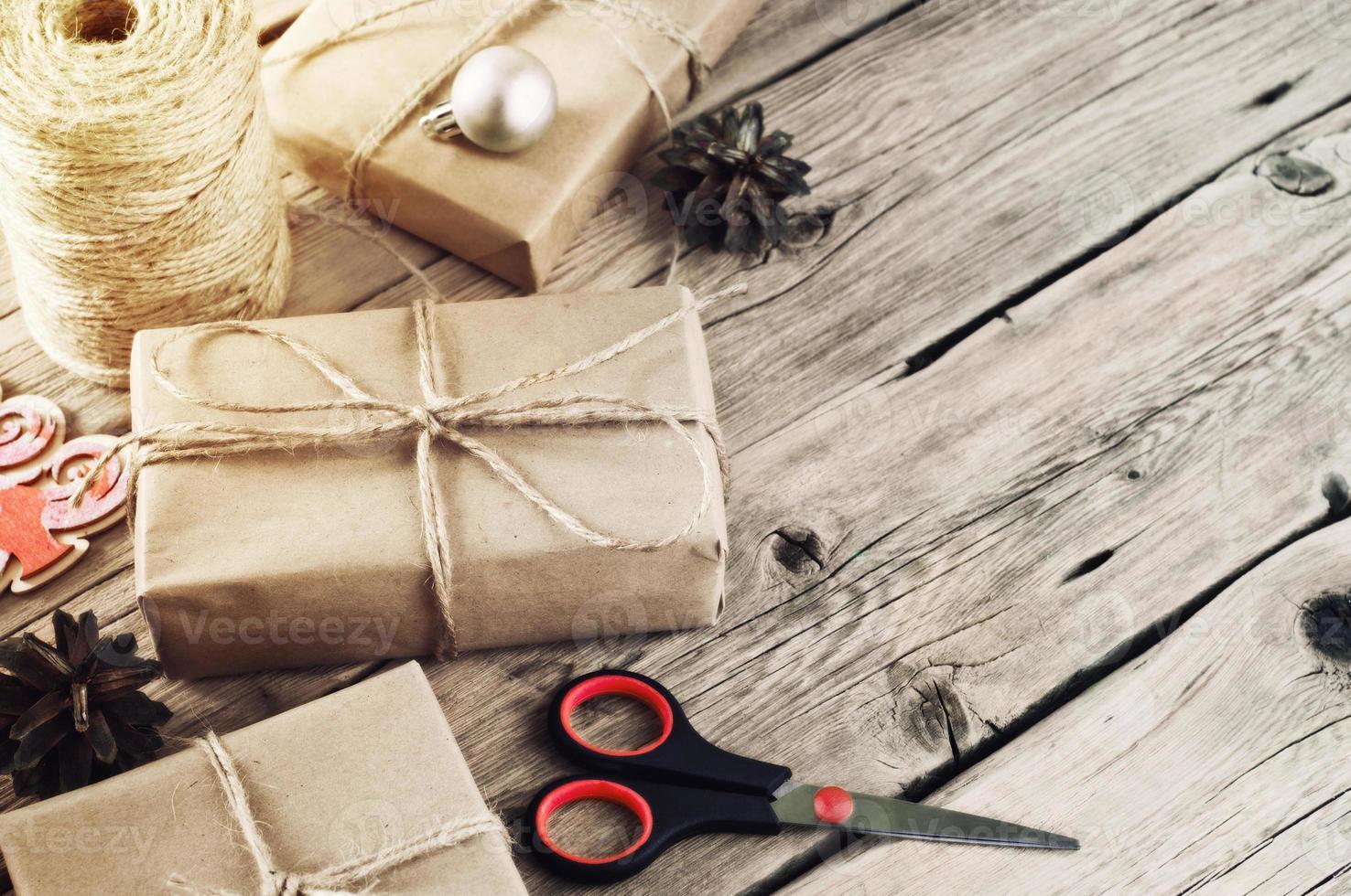 Weihnachtsgeschenke auf einer hölzernen Tischnahaufnahme foto