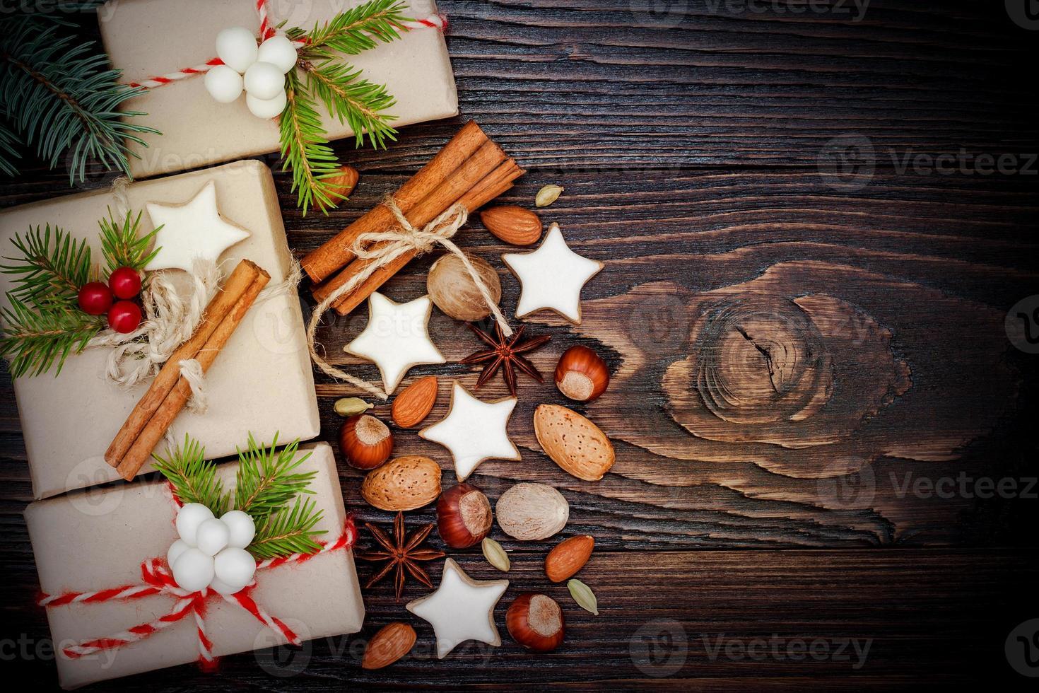Weihnachtsgeschenke in Kisten auf einem hölzernen Hintergrund, Kopienraum foto