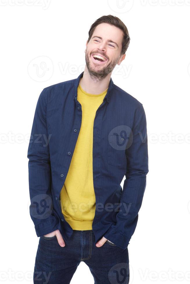 fröhlicher junger Mann lacht foto