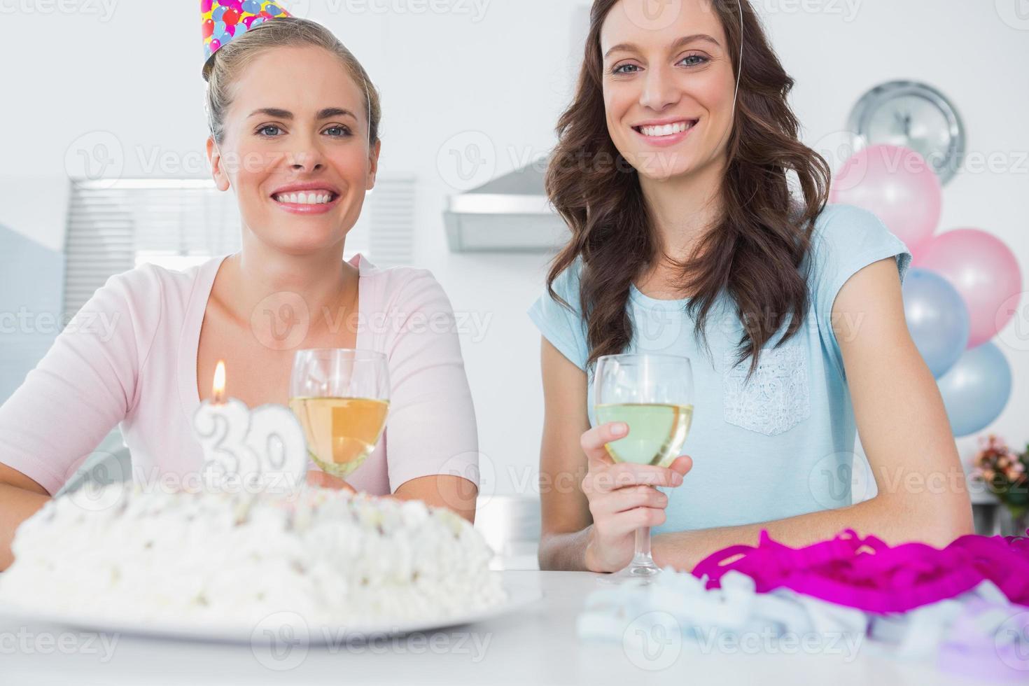 fröhliche Frauen mit Geburtstagstorte foto
