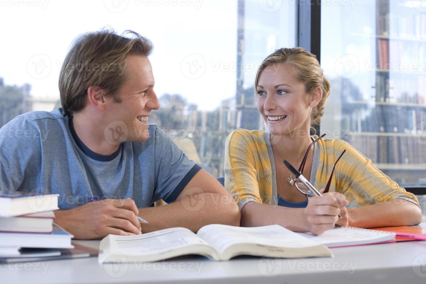 Mann und Frau am Schreibtisch studieren sich gegenseitig, Nahaufnahme foto