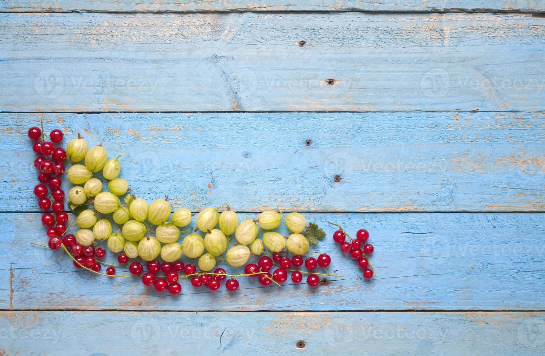 Stachelbeere und Johannisbeeren, rote Johannisbeeren, freier Speicherplatz foto