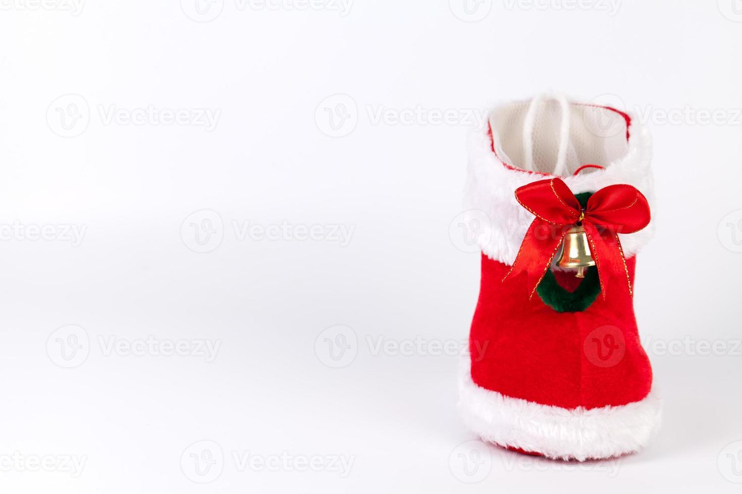 roter Weihnachtsstiefel mit linkem Kopierraum foto