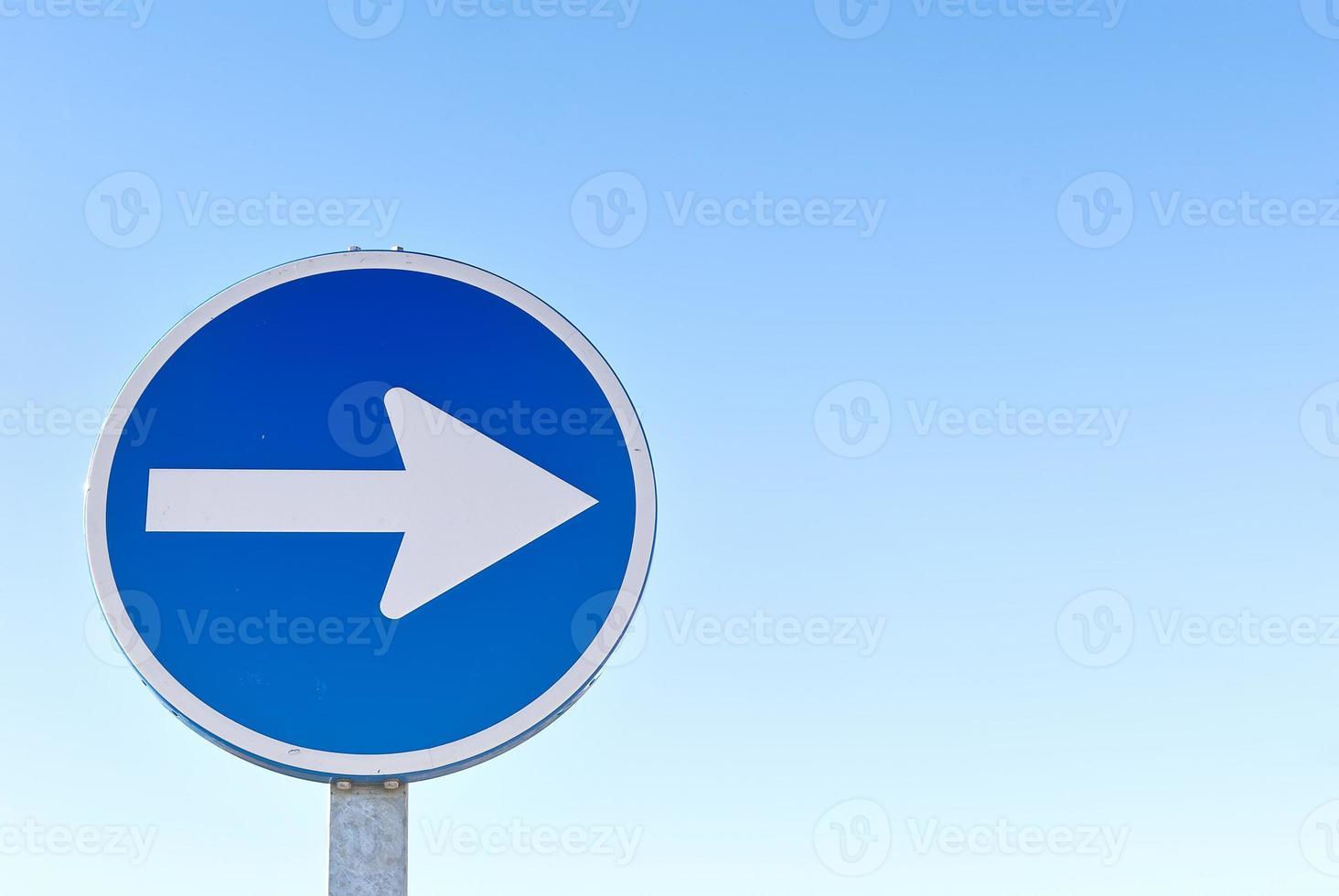 rechts abbiegen Verkehrszeichen mit Kopierplatz foto