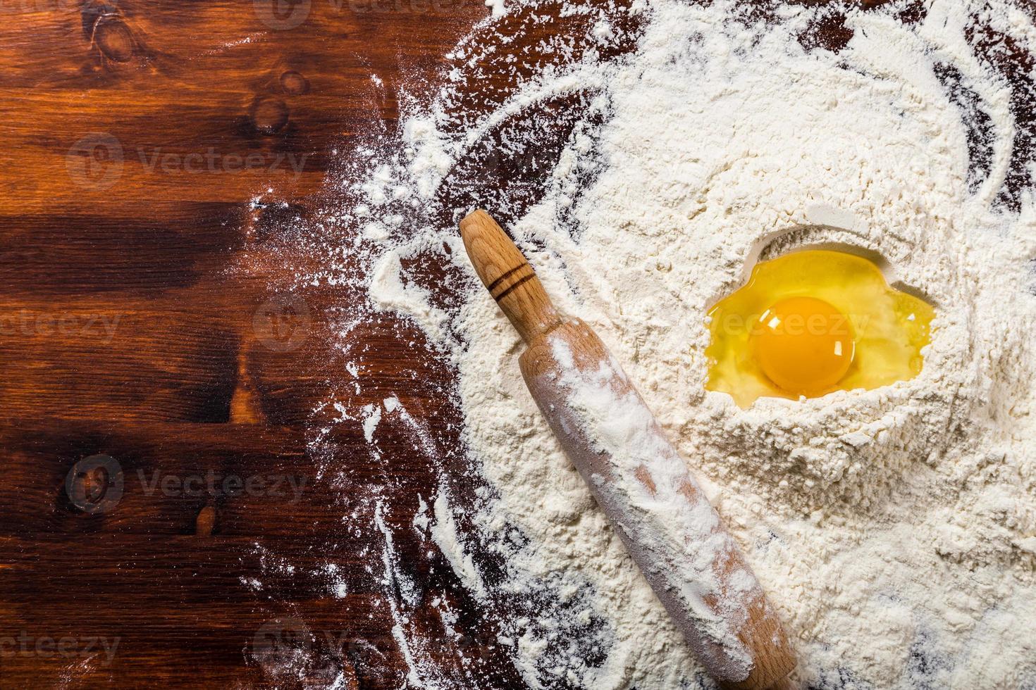 Mehl, Ei und Nudelholz mit Kopierraum foto