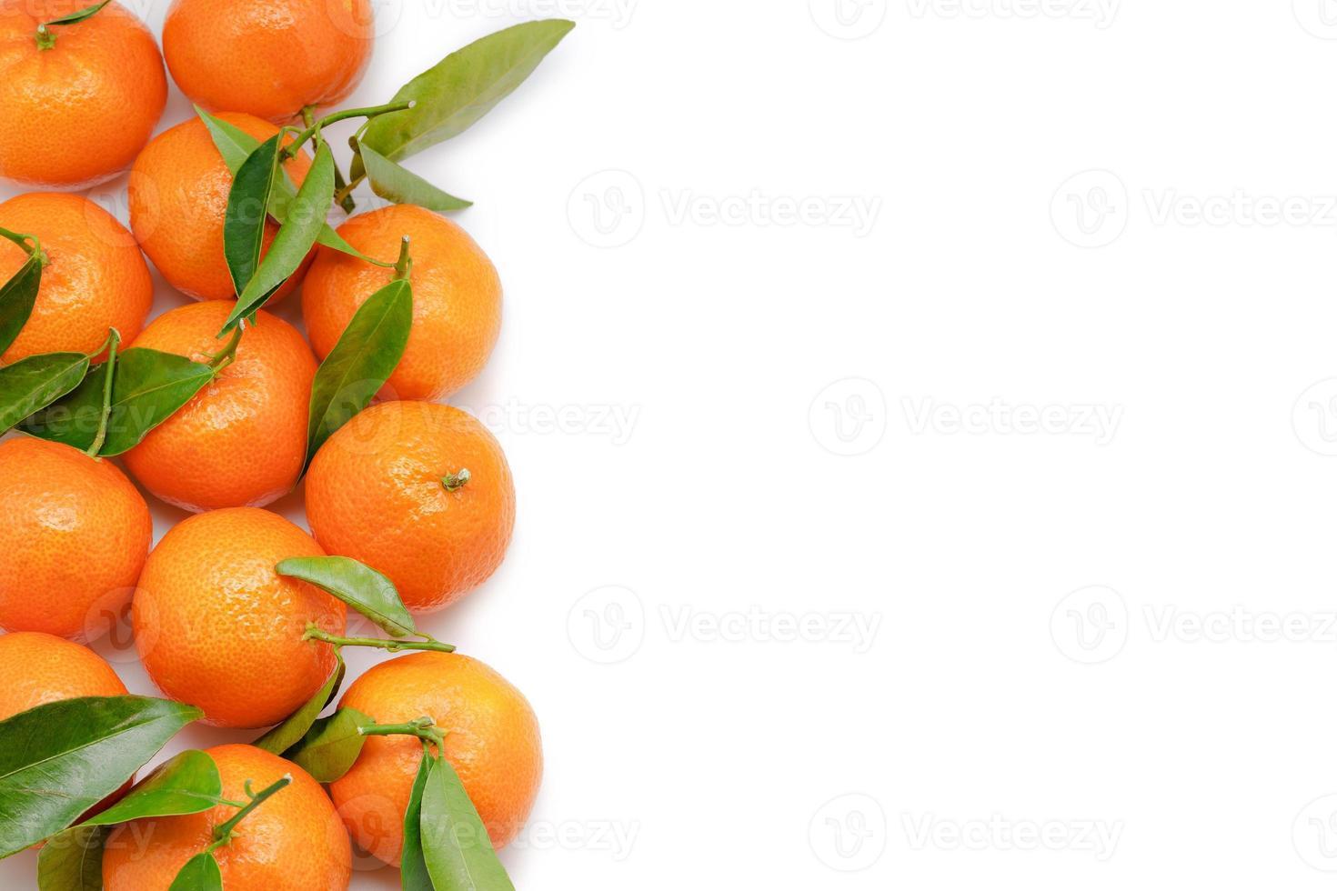 Mandarinen isoliert auf weißem Hintergrund mit Kopienraum foto
