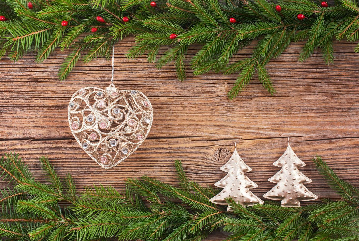 Weihnachtshintergrund. Weihnachtsbaum, Dekoration, hölzerner Hintergrund, Kopienraum. getönt foto