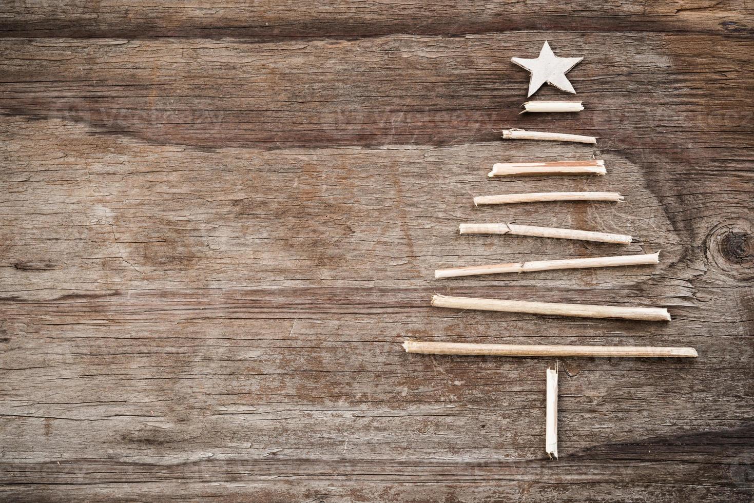Weihnachtsbaum aus Holzästen und Kopierraum foto
