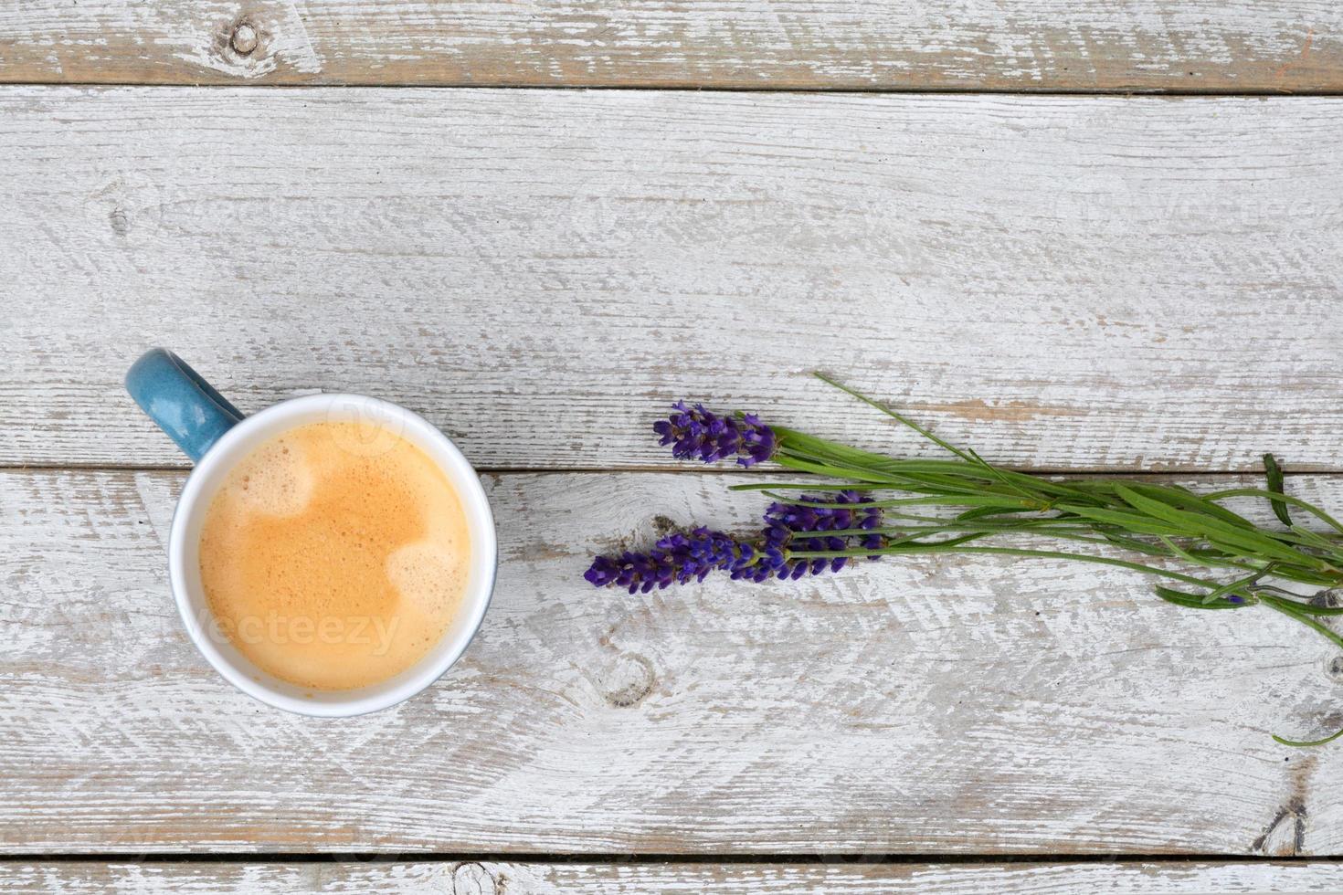 Kaffee und Lavendel auf weißem hölzernem Hintergrund mit Kopienraum foto