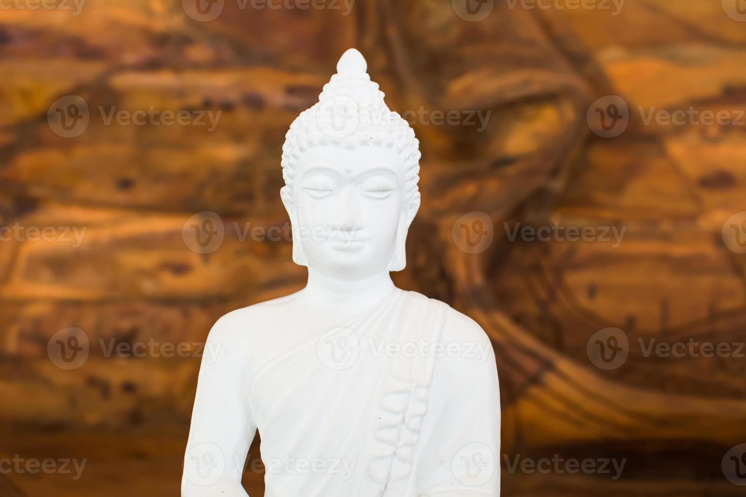 weißer Buddha auf Holzhintergrund foto
