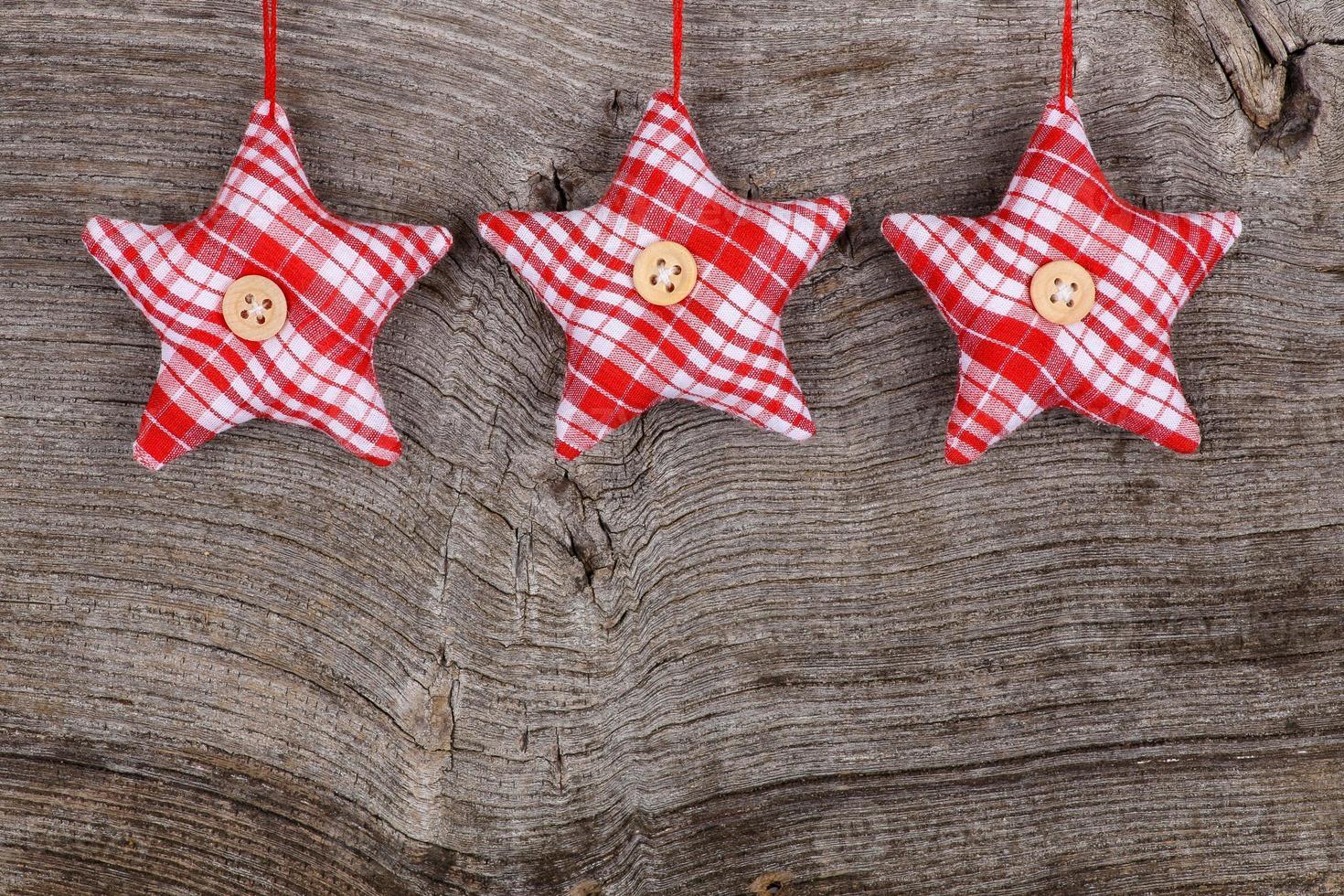 Roter Stoff Stern Frohe Weihnachten Dekoration rustikalen Holz Hintergrund foto
