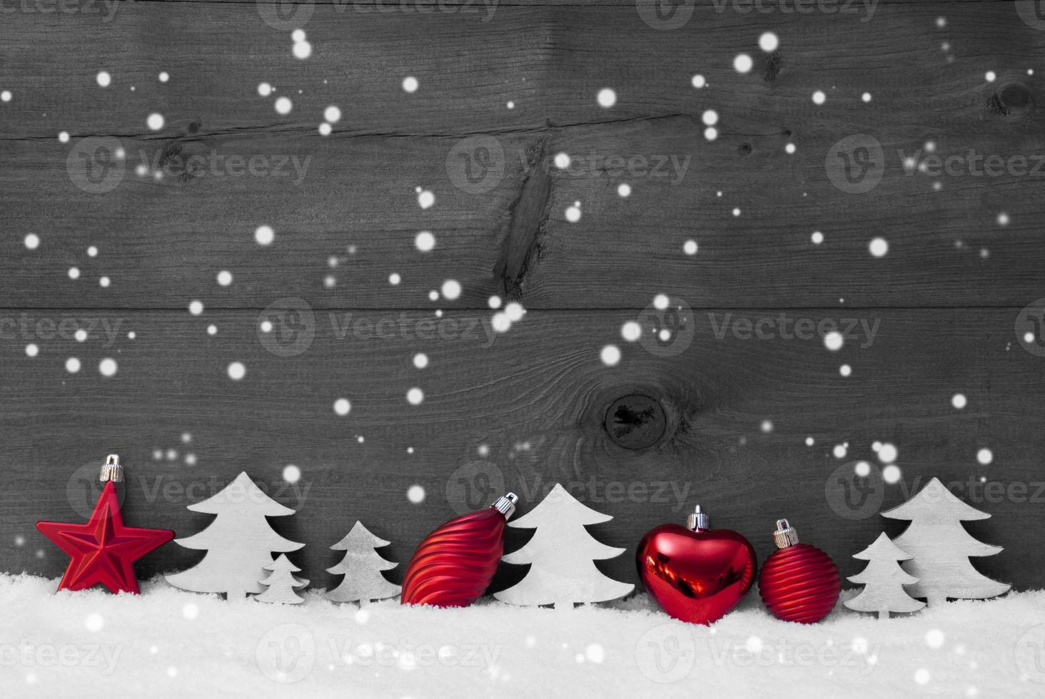 rote, graue Weihnachtsdekoration, Schnee, Kopierraum, Schneeflocken foto