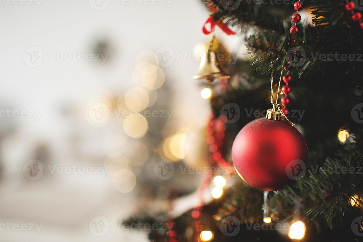 geschmückter Weihnachtsbaum mit Spielzeug- und Kopierraum foto