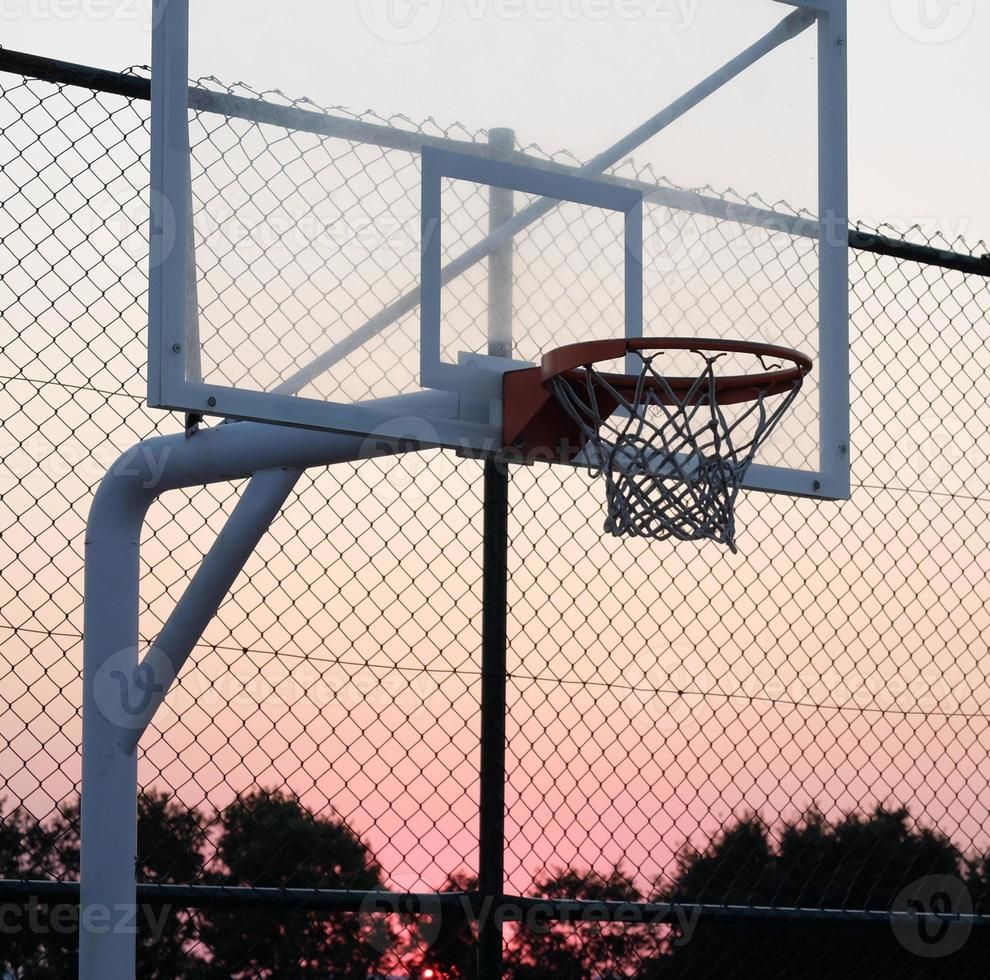 Basketballkorb bei Sonnenuntergang. foto