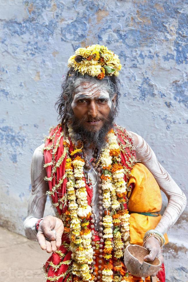 heiliger sadhu in varanasi, indien. foto
