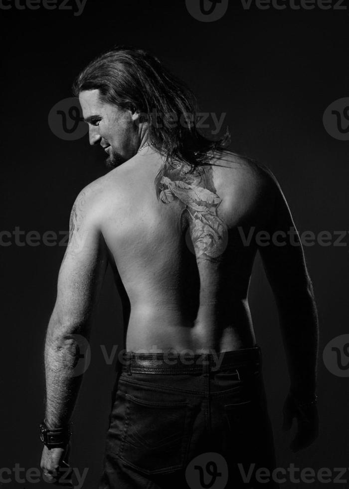 Mann mit Tätowierungen foto