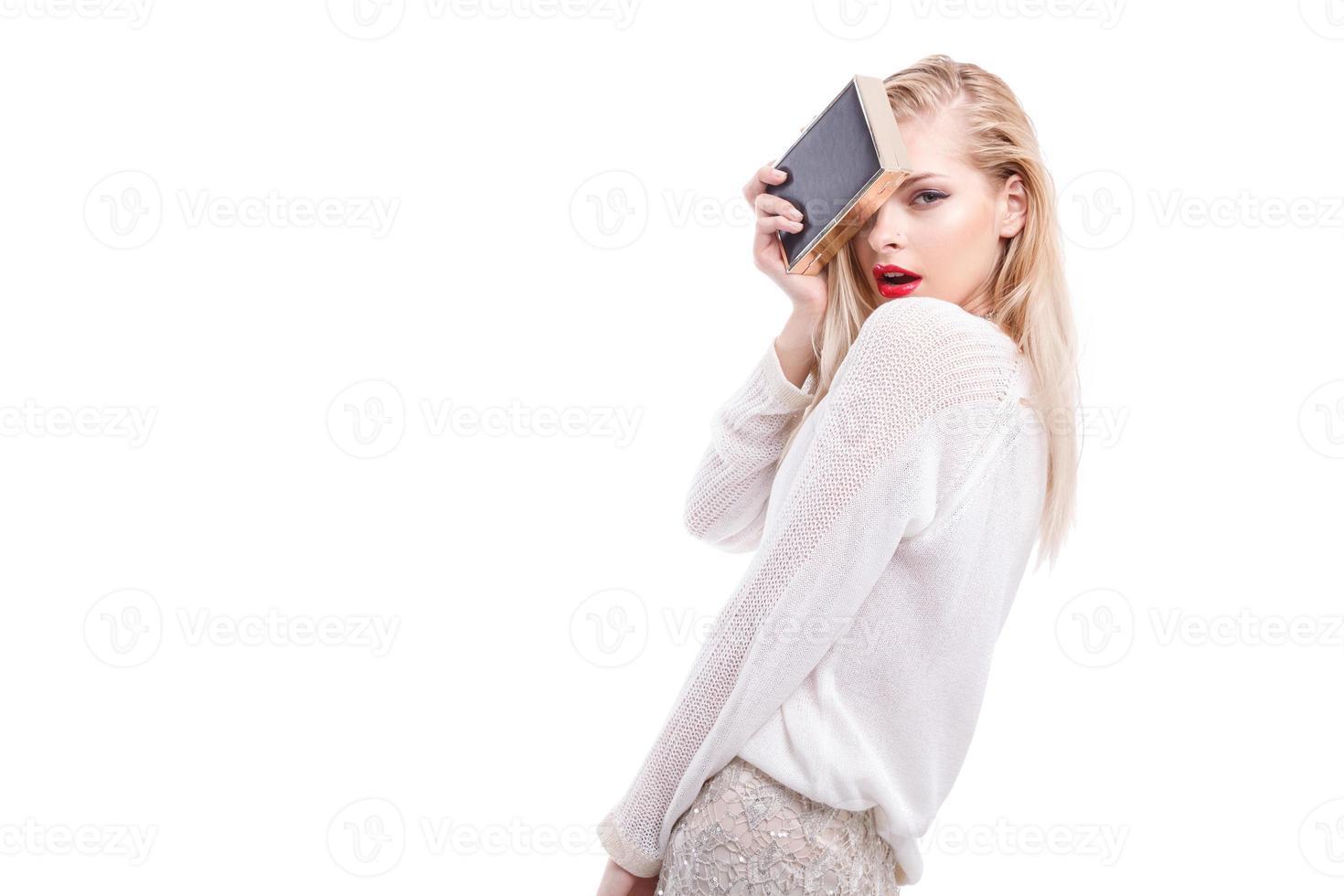 schönes Mädchen hellen Abend Make-up roten Lippenstift. Modefeier, Verkauf foto